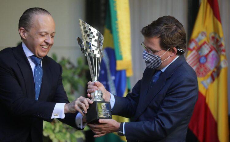 Brasil distingue al Alcalde de Madrid con el galardón Fervor do Brasil